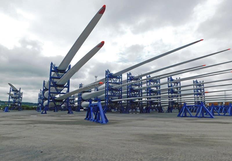 Windkraftanlageblätter gestapelt für Aufrichtung am Hafen lizenzfreie stockfotos