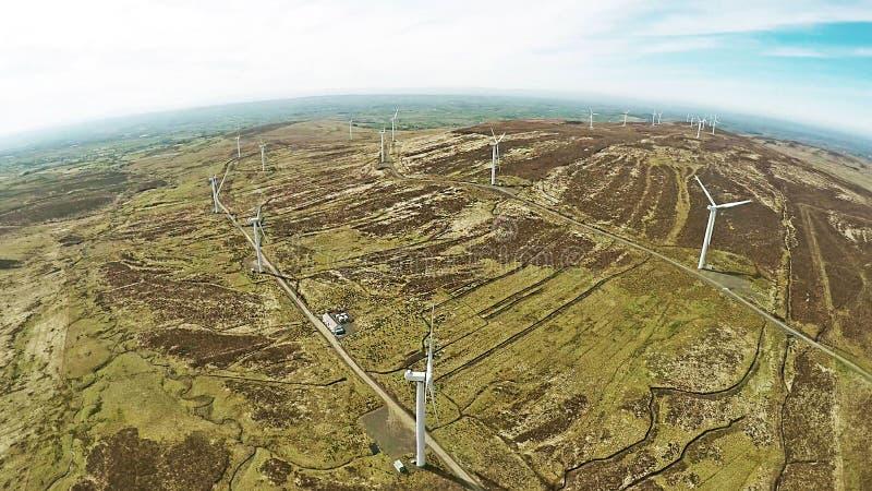 Windkraftanlagebl?tter gestapelt f?r Aufrichtung am Hafen stockfoto