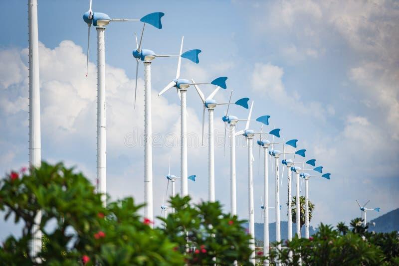 Windkraftanlagelandschaftsnatürliche Energie bewirtschaften grünes Eco-Energiekonzept an den Windkraftanlagen Hügel lizenzfreie stockfotos