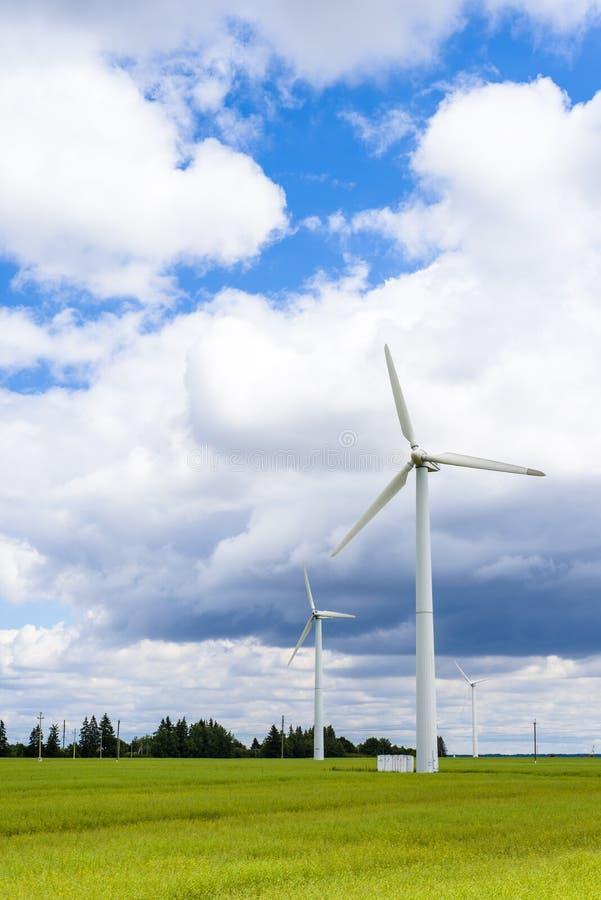 Windkraftanlagen auf dem grünen Feld stockbilder
