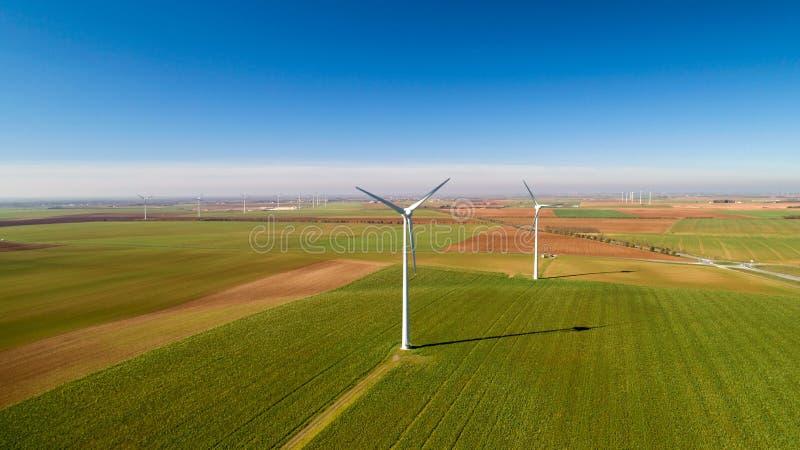 Windkraftanlagen auf den Gebieten, Le Langon, Frankreich stockfotos