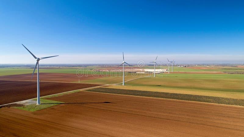 Windkraftanlagen auf den Gebieten, Le Langon, Frankreich stockbild