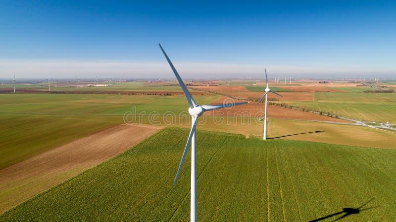 Windkraftanlagen auf den Gebieten, Le Langon, Frankreich lizenzfreie stockbilder