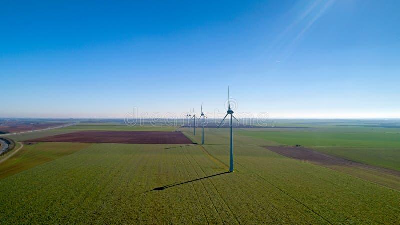 Windkraftanlagen auf den Gebieten, Le Langon, Frankreich lizenzfreies stockfoto