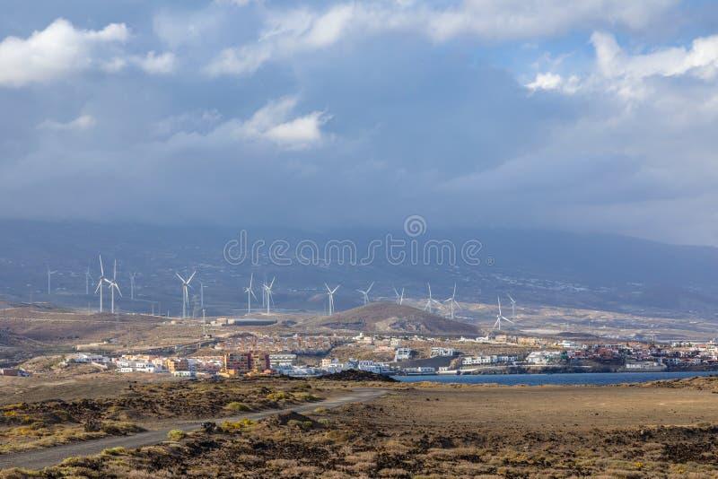 Windkraftanlagen auf der Insel - ökologische Quelle der billigen Energie stockbild