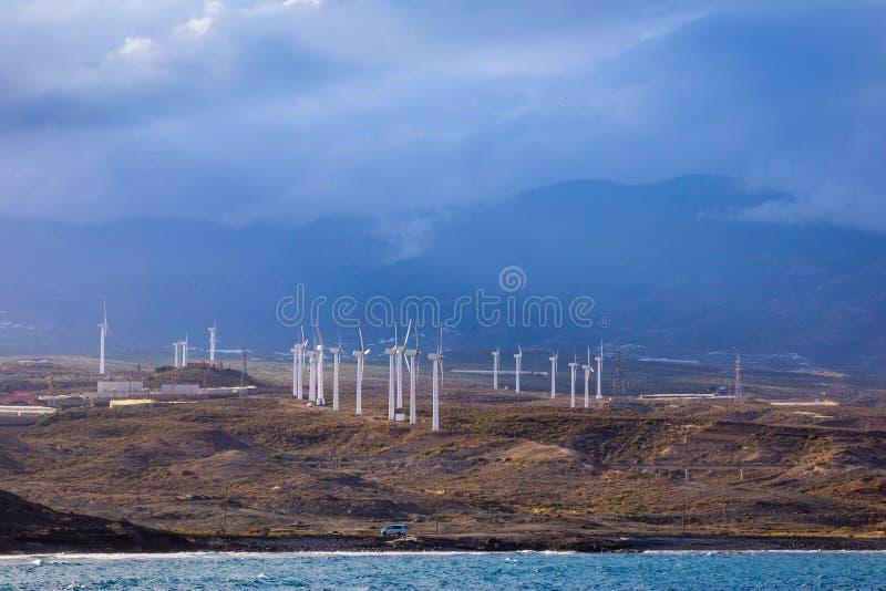 Windkraftanlagen auf der Insel - ?kologische Quelle der billigen Energie lizenzfreie stockfotografie
