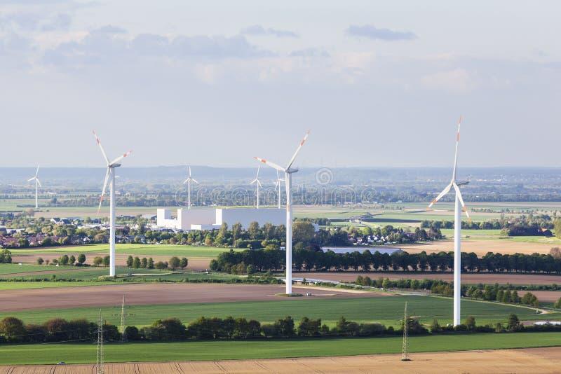 Windkraftanlagen in der flachen Landschaft stockfotos