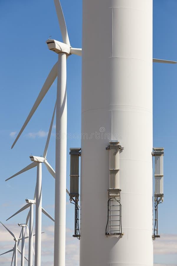 Windkraftanlagen in der Linie Säubern Sie alternative erneuerbare Energie stockfotos