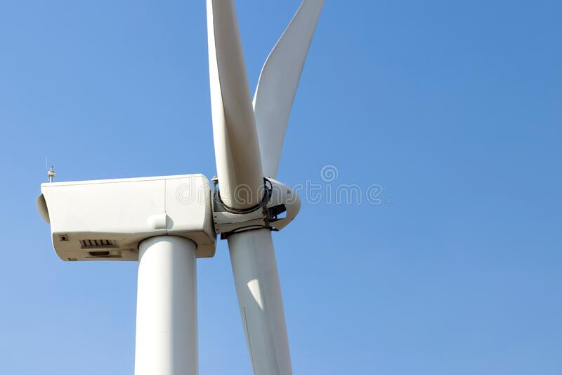 Windkraftanlagen, die mit Schirmen Strom aus blauem Himmel erzeugen,Windmühlen für das Konzept der Elektroenergie-Ökologie lizenzfreies stockfoto