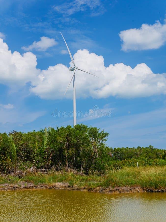 Windkraftanlagen in einem Windpark für Ökostromgeneration stockfoto