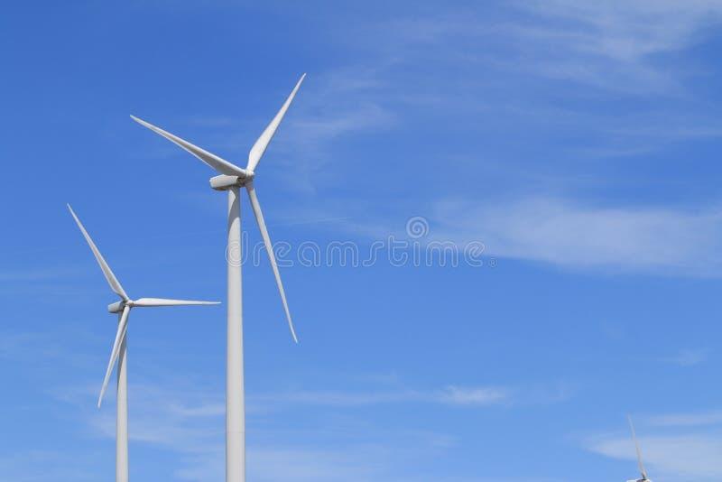 Windkraftanlagen mit blauen Himmeln lizenzfreie stockfotos
