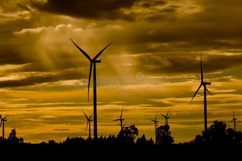 Windkraftanlagen, reine Energie, Windmühlen auf den Gebieten lizenzfreies stockfoto