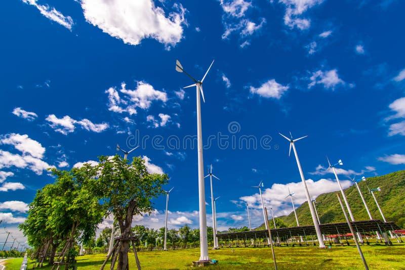 Windkraftanlagen, Solarenergie mitten in den Ebenen lizenzfreie stockbilder