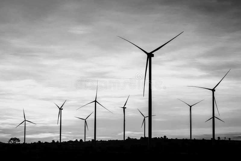 Windkraftanlagestromgenerator am Windpark - Schwarzweiss-Col. stockbilder