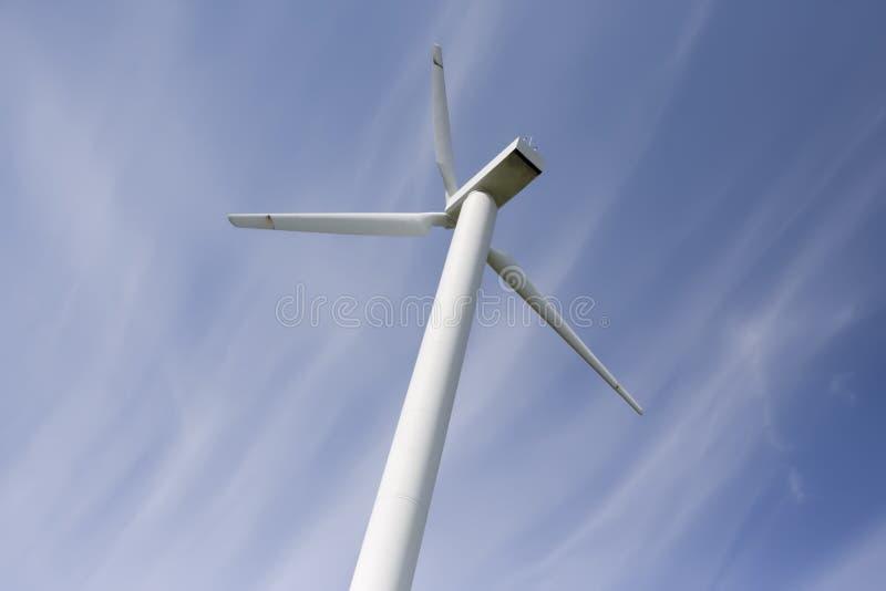 WindKraftwerk gegen blauen Himmel stockbild