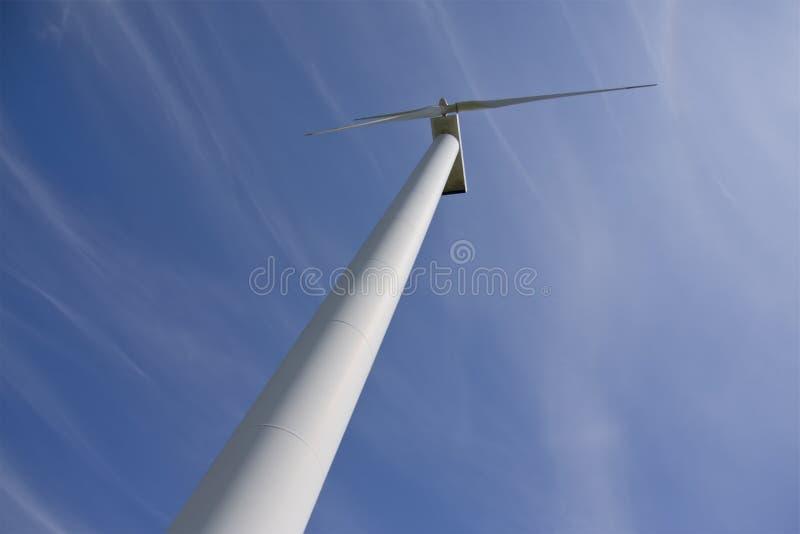 WindKraftwerk gegen blauen Himmel lizenzfreies stockbild