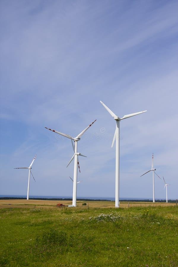 WindKraftwerk gegen blauen Himmel lizenzfreie stockfotos