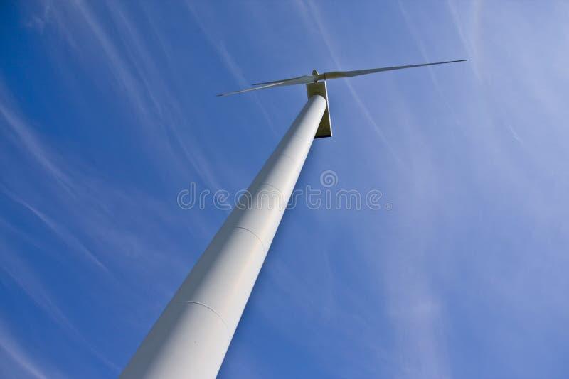 WindKraftwerk gegen blauen Himmel stockfoto