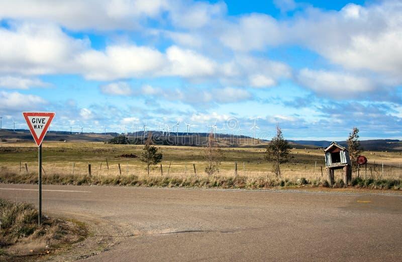 Windlandbouwbedrijf achter teken en brievenbus stock afbeeldingen