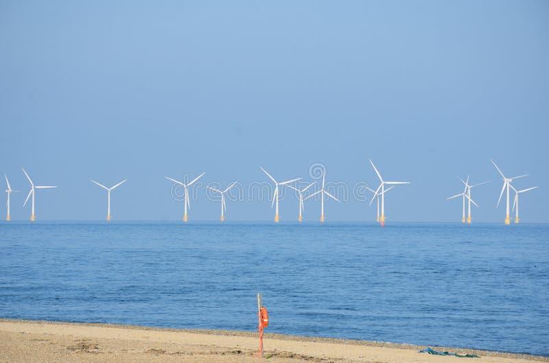 Windlandbouwbedrijf met zandige strand en lifebelt royalty-vrije stock foto's