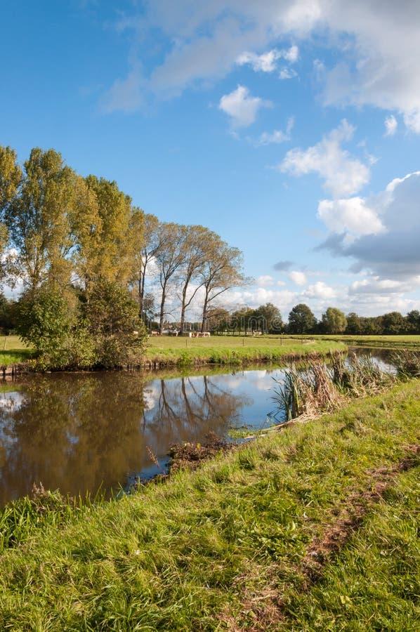 Windless день осени на узком реке стоковая фотография
