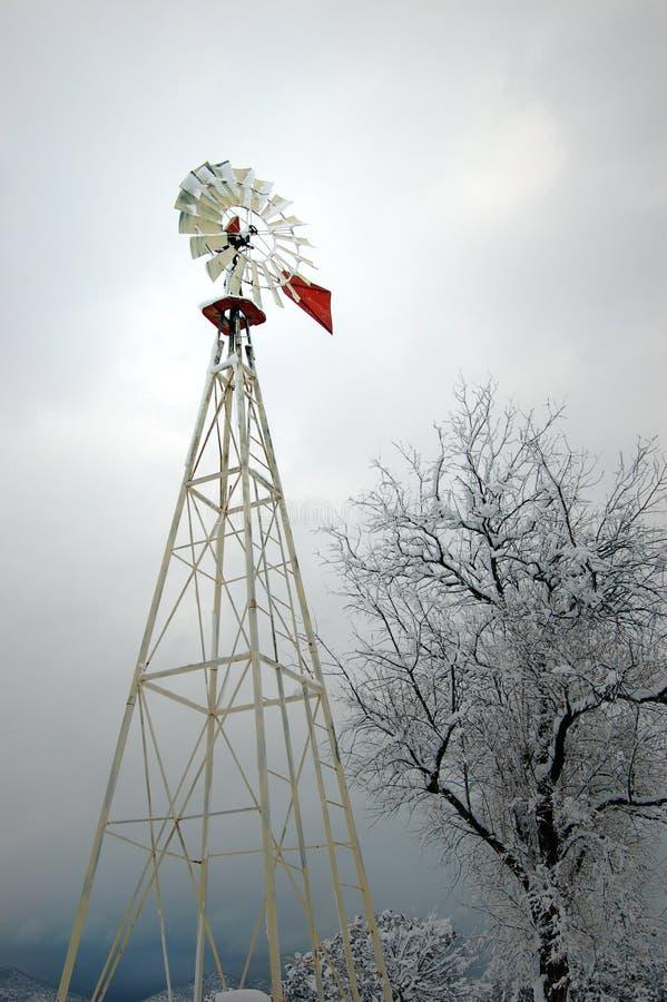 Windmühle im Schnee lizenzfreies stockbild