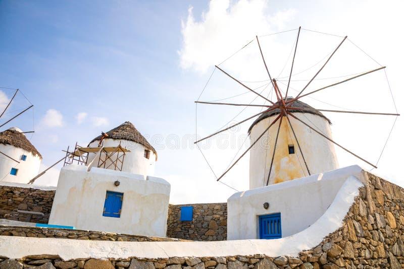 Windmühle auf einem Hügel nahe dem Meer auf der Insel von Mykonos, Griechenland lizenzfreie stockfotografie