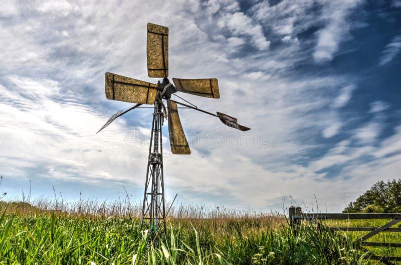 Windmühle auf einer Naturinsel stockbild
