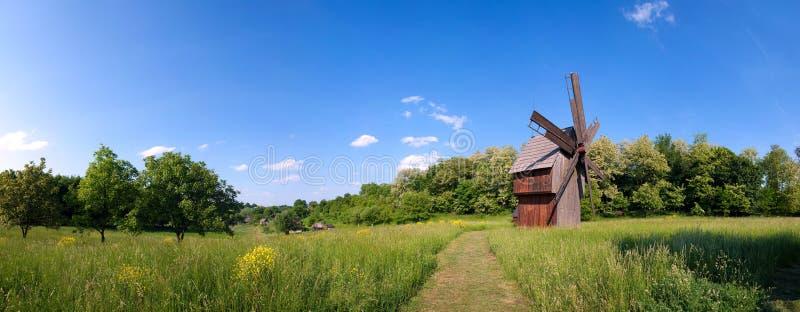 Windmühle auf grünem Feld stockfotografie