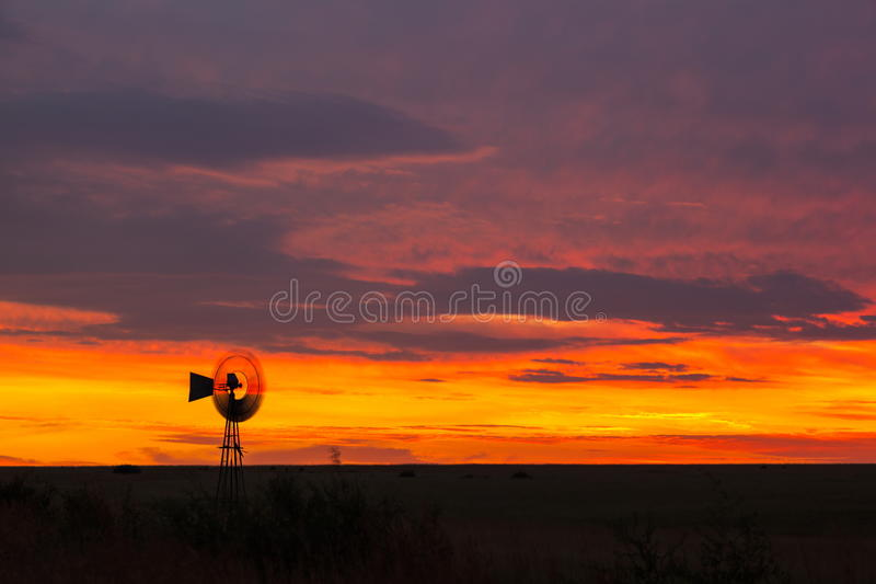 Windmühle bei Sonnenuntergang stockfotografie