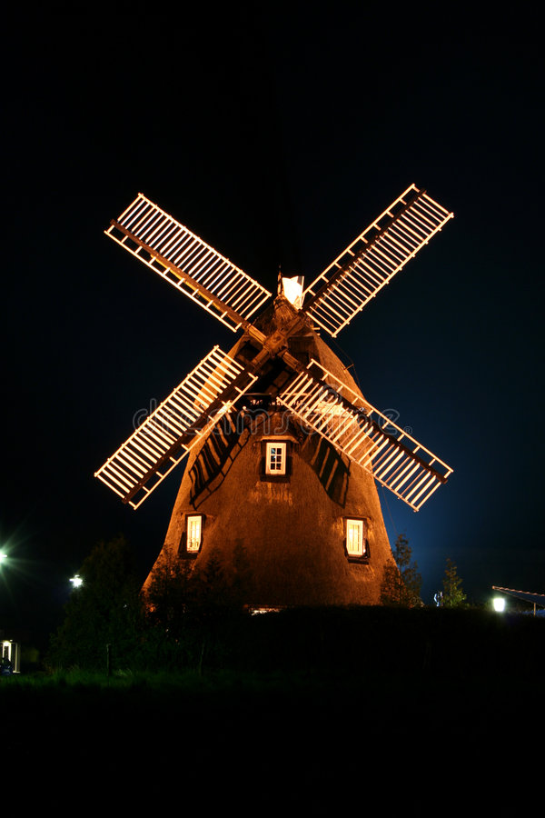 Windmühle belichtet nachts. stockfoto
