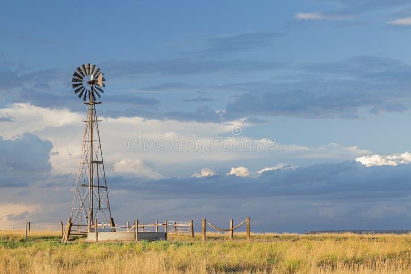 Windmühle in Colorado-Grasland lizenzfreies stockbild