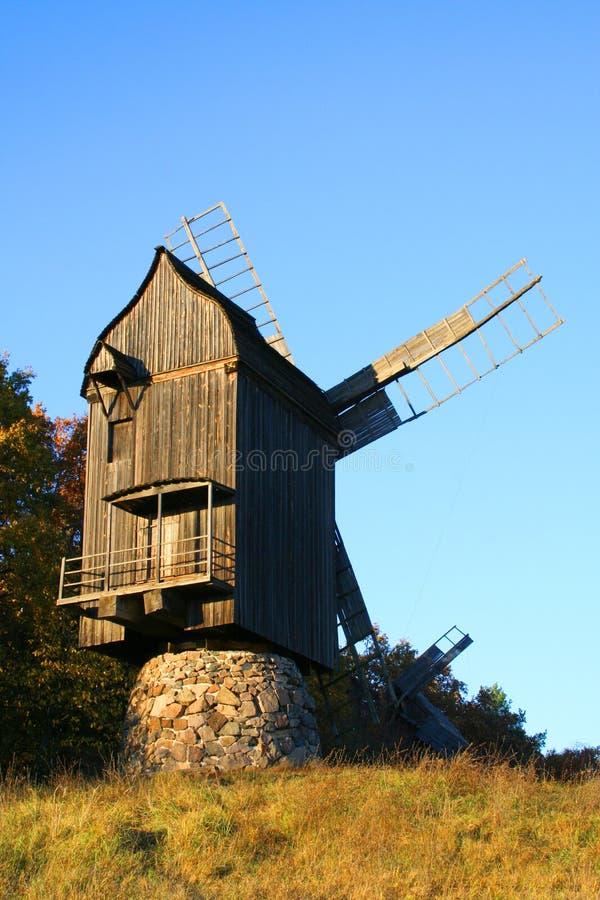 Windmühle an der Herbst-Landschaft stockfoto