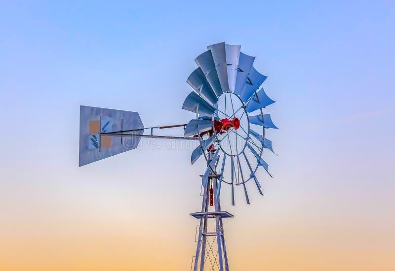 Windmühle, die rechts bei Sonnenuntergang mit Himmel zeigt lizenzfreies stockbild