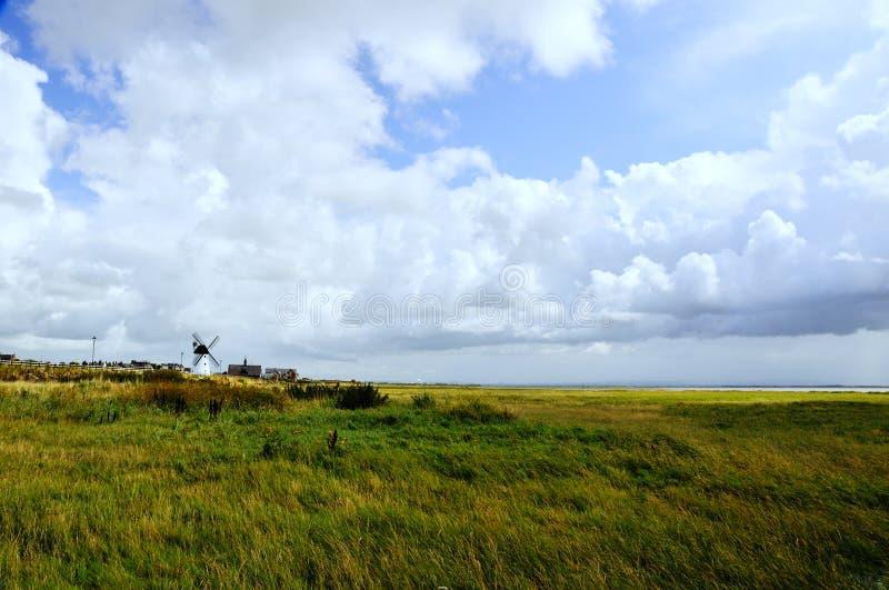 Windmühle durch das Meer stockfotos
