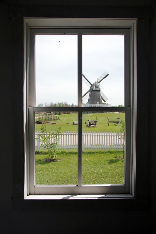Windmühle durch Fenster stockbilder