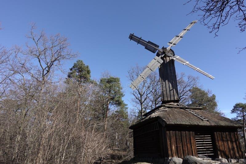 Windmühle in einem Bauernhof stockfotos
