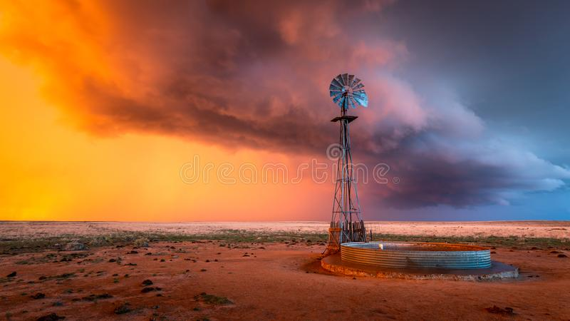 Windmühle in einem Gewitter bei Sonnenuntergang lizenzfreies stockfoto