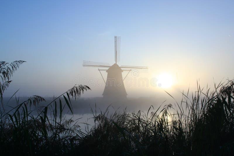 Windmühle an einem nebelhaften Morgen lizenzfreie stockbilder