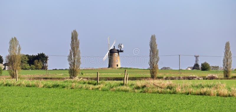 Windmühle in einer englischen ländlichen Landschaft n mit Feldern von Ernten lizenzfreie stockfotografie