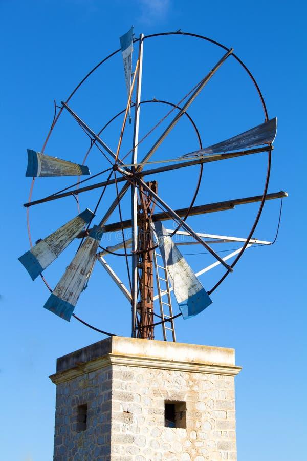 Windmühle gegen blauen Himmel lizenzfreie stockfotografie
