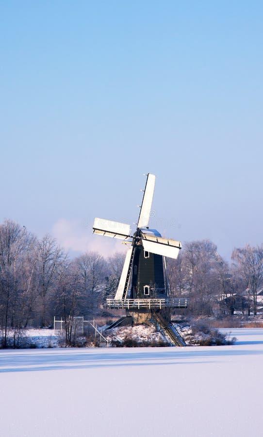 Windmühle im Schnee stockbild