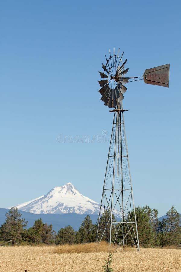 Windmühle mit Montierung Jefferson in Mitteloregon lizenzfreie stockfotos