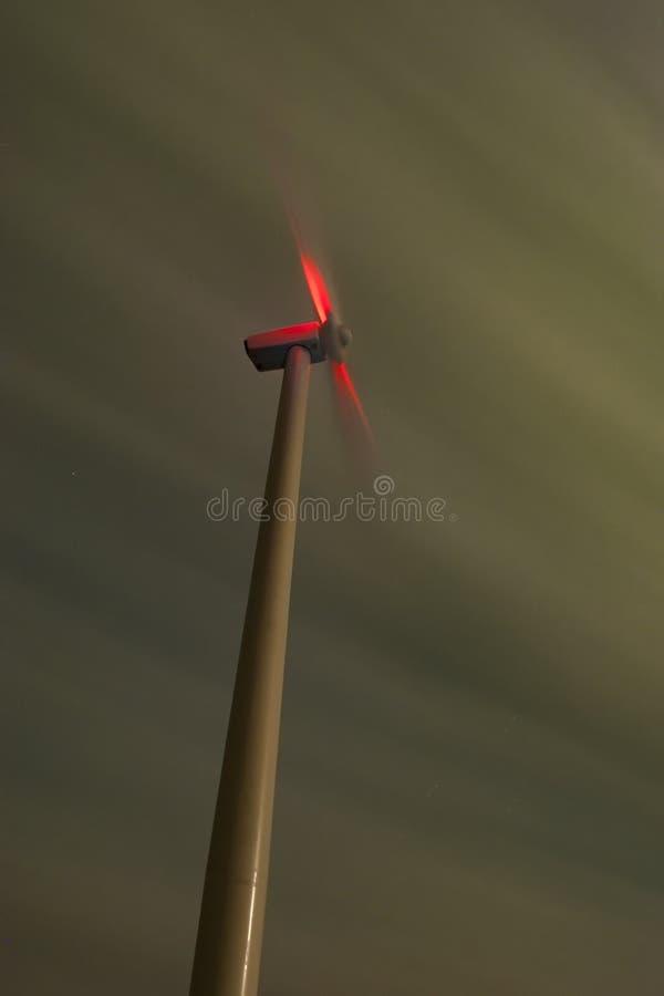 Windmühle nachts mit bewölktem Himmel lizenzfreies stockbild