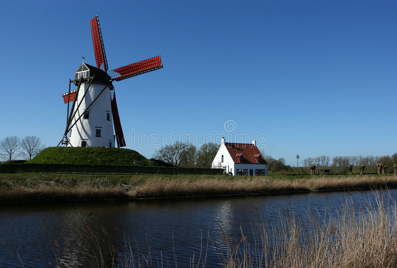 Windmühle nahe Kanal stockfotografie