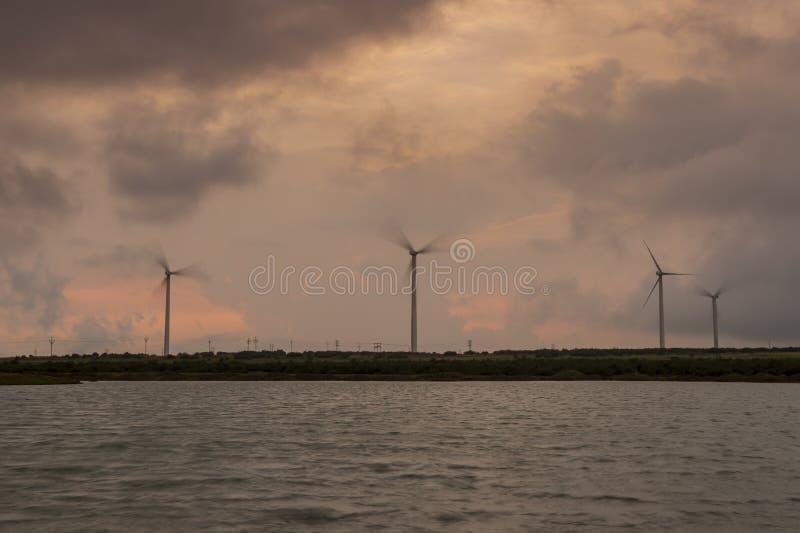 Windmühle an Patan-Dorf bei Sonnenuntergang nahe Satara, Maharashtra, Indien stockfotografie