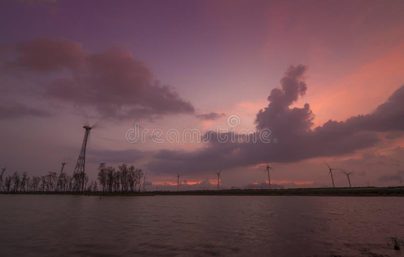 Windmühle an Patan-Dorf bei Sonnenuntergang nahe Satara, Maharashtra, Indien stockbild