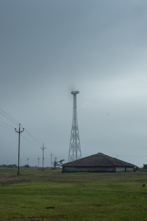 Windmühle an Patan-Dorf nahe Satara, Maharashtra, Indien lizenzfreie stockbilder