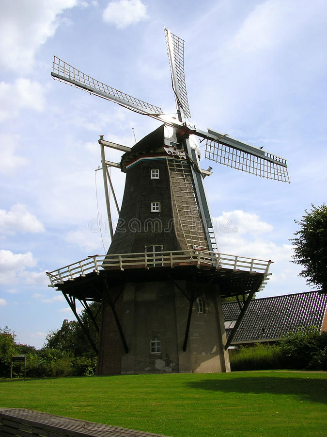 Windmühle in Pieterburen lizenzfreie stockfotos