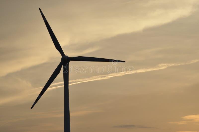 Windmühle, Produktion der grünen Energie lizenzfreie stockbilder